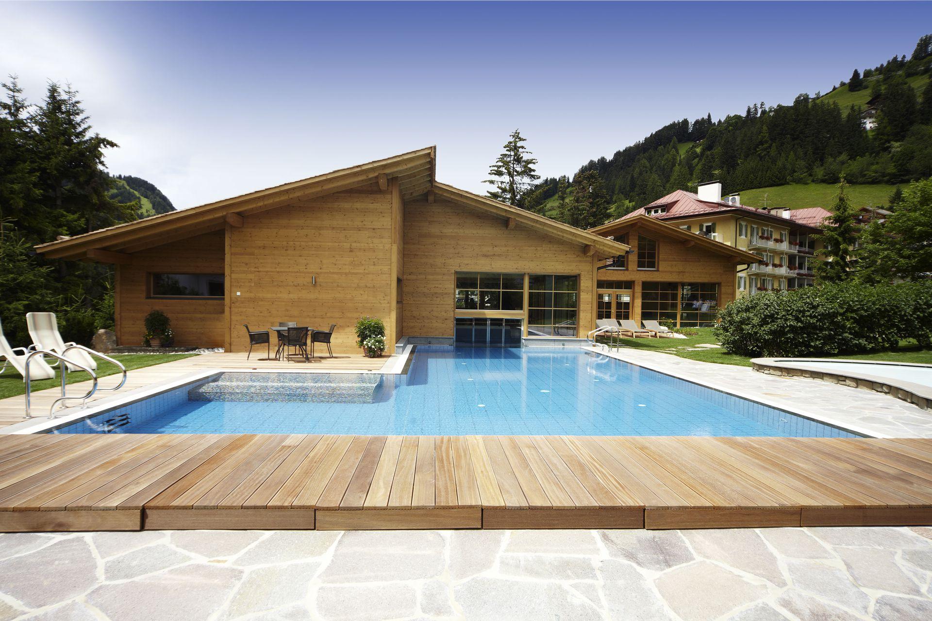 Hotel con piscina coperta per bambini in val gardena - Piscina con palline per adulti ...