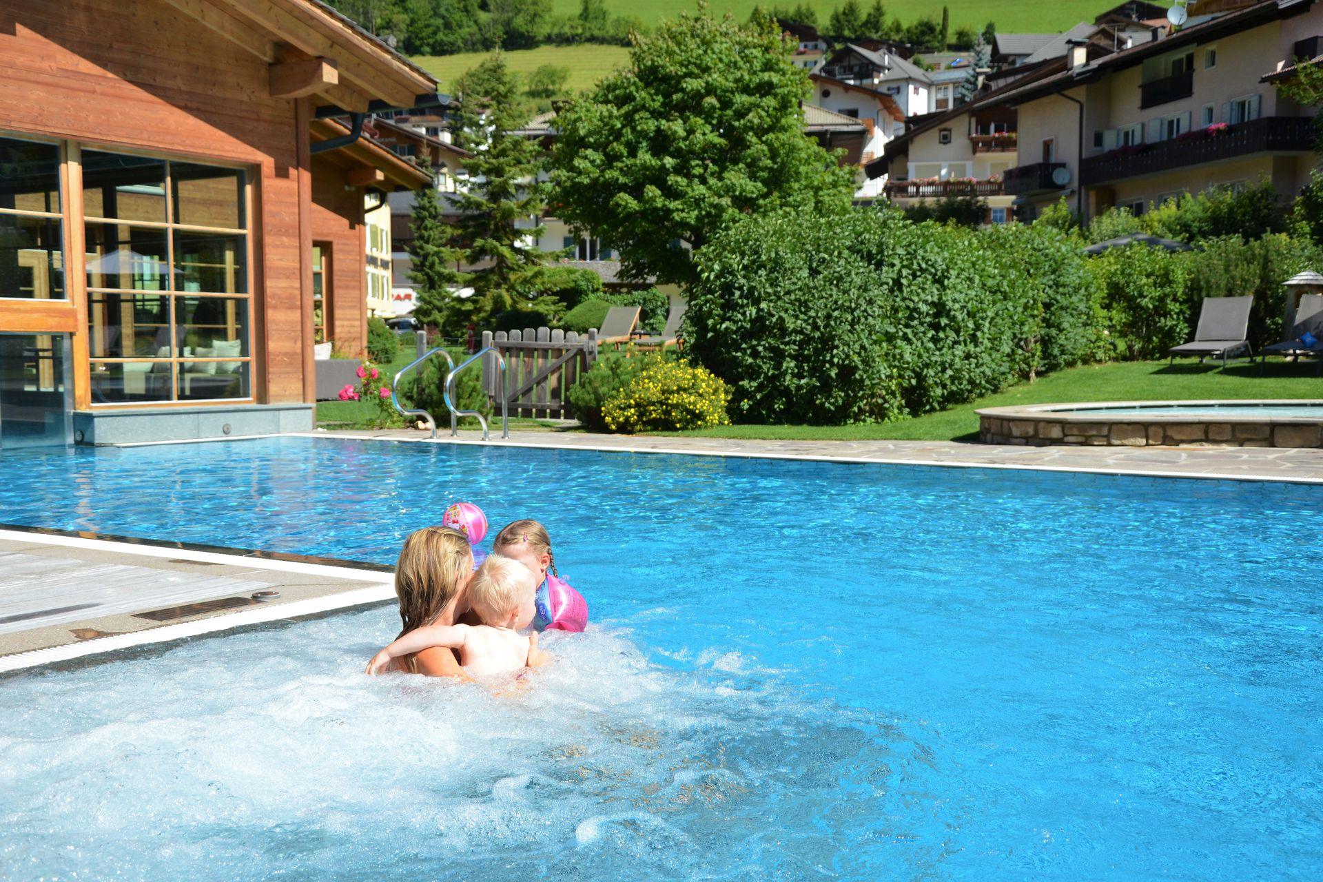 Hotel con piscina coperta per bambini in val gardena - Hotel con piscina riscaldata per bambini ...